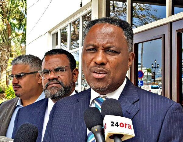 Momento a yega pa Prome Minister enfrenta su incapacidad y papia berdad