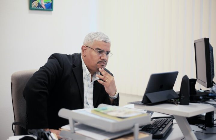 Robert Candelaria y docente di Universidad di Aruba den combersacion riba  abuso di mucha