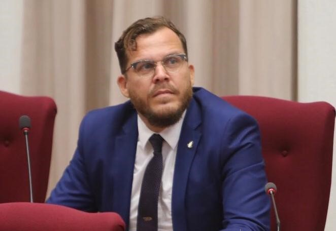 Prome Minister mester laga politica di pasado un banda y bira honesto cu pueblo