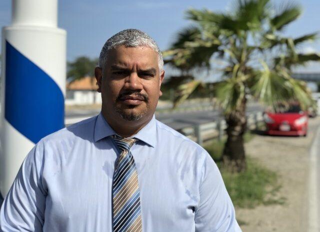 Minister Bikker kier pa hefe di NCTVI Dolfi Richardson duna conseho riba posicion di altocomisario Andrew Hoo