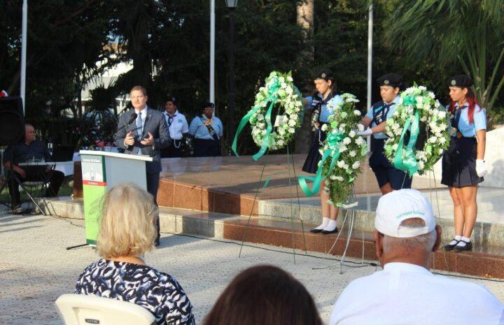 Ponemento di krans y discursonan emotivo na monumento 18 di maart