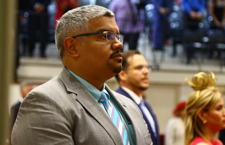 Parlamentario Robert Candelaria cu serie di pregunta riba helicopter di polis